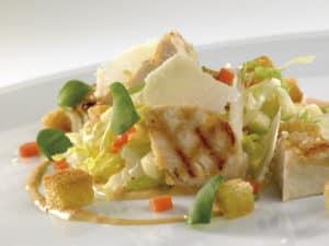 Caesar salade met gegrilde kip, croutons en thousand-island vinaigrette