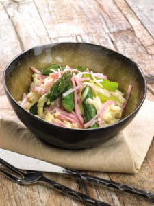 Rijstsalade met gegrilde asperges, gekookte ham en Honing-mosterdvinaigrette